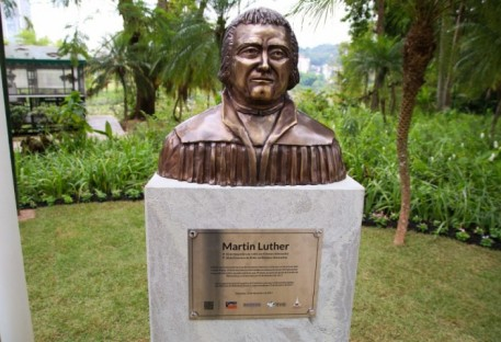 Blumenau inaugura busto de Lutero na principal praça da cidade