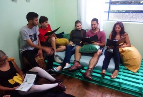 Jovens de Ferraz de Vasconcelos fazem mutirão por sala de reuniões