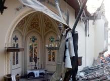 Tudo ruiu, exceto o altar e a torre do templo