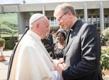 Papa Francisco visita sede do CMI e leva abraço pelos 70 anos