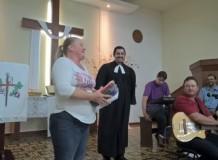 OASE da Comunidade do Bairro dos Pires presenteia P. Marcio