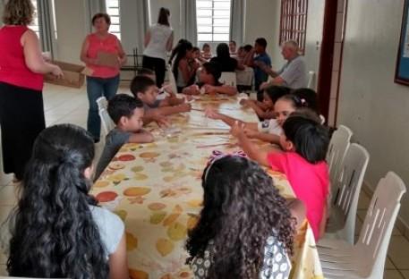 Crianças e adolescentes refletindo, celebrando e confraternizando
