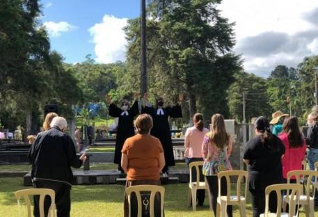 Celebração em Dia de Finados no cemitério em Blumenau Centro