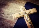 Pessoas batizadas se apoiam umas às outras, partem o pão e praticam a espiritualidade e a oração.